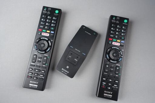 HARDPLAST: Standardkontrollene med Netflix-knapp ytterst, One Flick-kontrollen i midten. Foto: ØYVIND PAULSEN