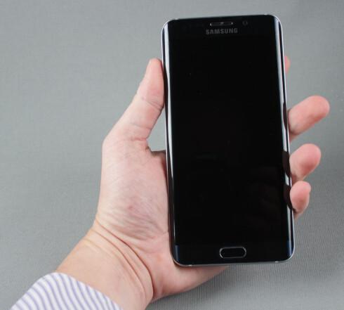 STOR: 5,7 tommer gjør at Edge+ er en stor telefon. Med skarpe kanter og glatt bakside synes vi telefonen er noe ukomfortabel å holde. Foto: PÅL JOAKIM OLSEN