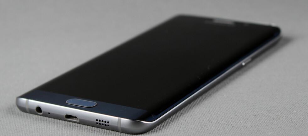 KURVET: Kanten på Samsungs Edge-telefoner er avrundet. Det gir ikke så mange fortrinn funksjonsmessig, men at det blir lekkert er det liten tvil om. Foto: PÅL JOAKIM OLSEN
