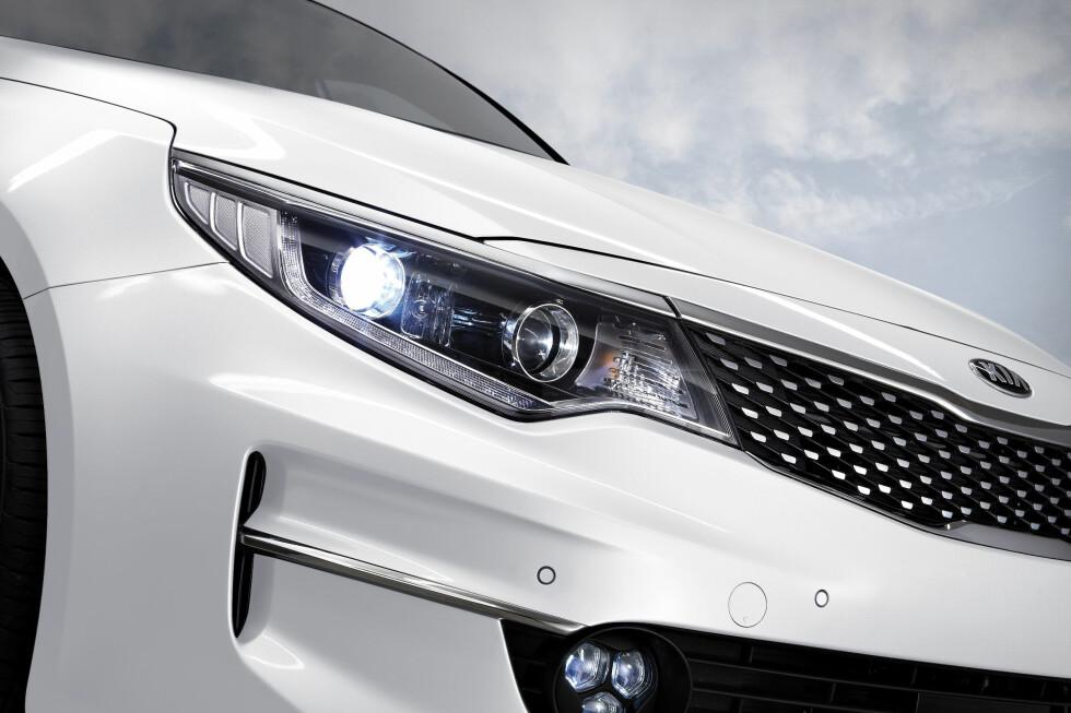 LENGRE FRONTLYKTER: Lengre frontlykter og flere sikkerhetsoppdateringer gjør nye Optima til en attraktiv bil.  Foto: KIA