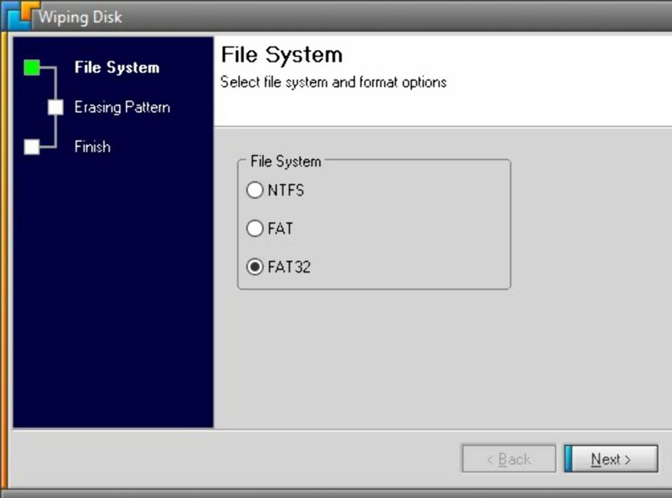 Før selve slettingen må pluggen formateres. Du må også velge et egnet filsystem. FAT32 fungerer på flest platformer, men skal du lagre filer på over 4GB på pluggen, må du velge NTFS. Trykk Next.