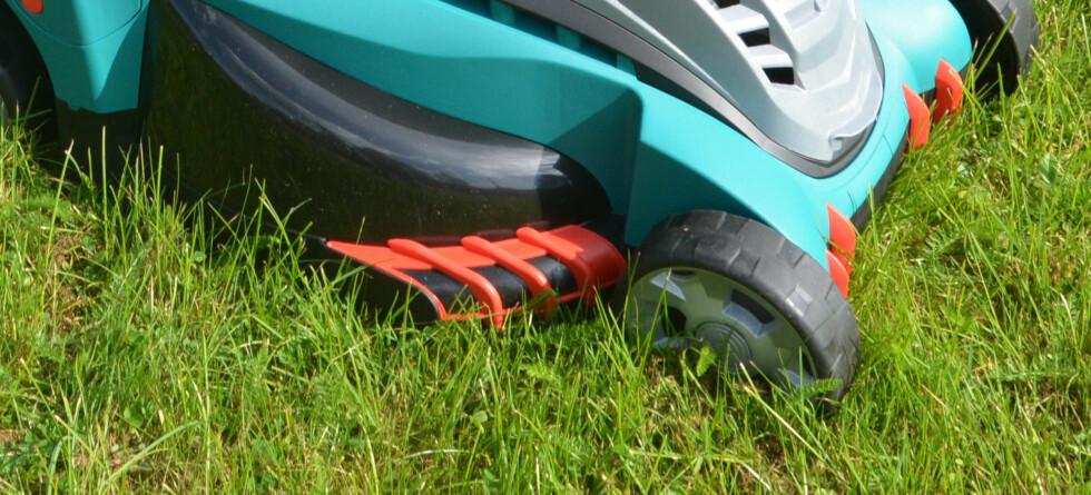 <strong><b>SAMLEKAM:</strong> </B> Kammen samler og fører gresset inn til kniven. Dermed får du klippet ganske tett inn til kanter. Foto: BRYNJULF BLIX