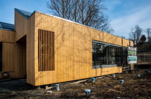 BAKSIDEN: Huset er bygget i tre, både utvendig og innvendig.Det er prosjektert av Master of Architecture PhD Luca Finocchiaro, Førsteamanuensis ved Fakultet for arkitektur og billedkunst, NTNU. Foto: SINTEF BYGGFORSK
