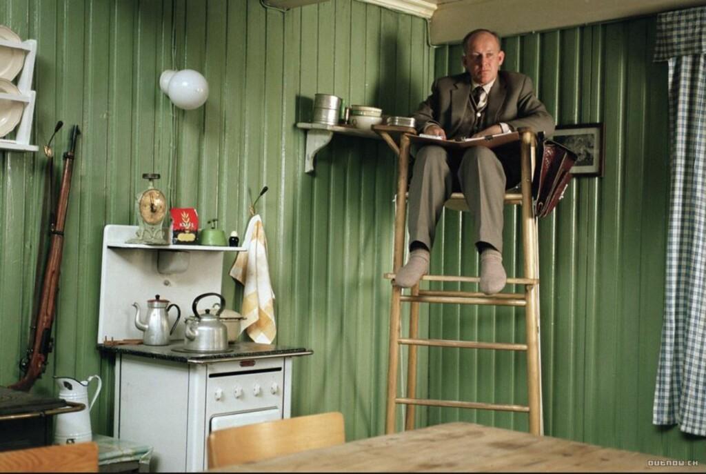 UNDER OBSERVASJON: I filmen «Salmer fra kjøkkenet» fra 2003 følger den svenske forskeren Folke Nilsson (Tomas Nordström) med på norske kjøkkenvaner. Foto: BULBUL FILM