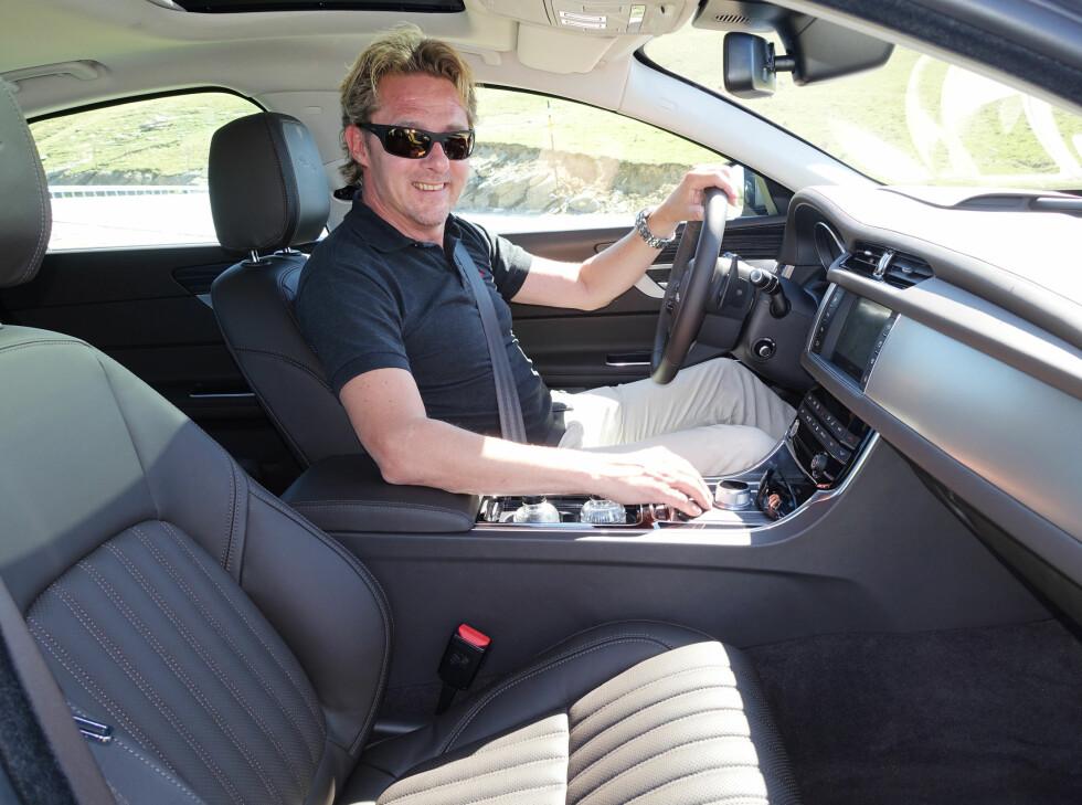 ROMSLIG COCKPIT: Det er lett å trives i nye Jaguar XF, konstaterer vår mann.  Foto: ANDREAS SCHEEL