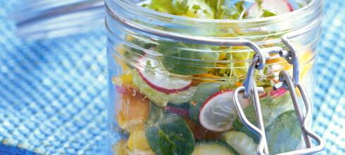 Putt salaten på glass