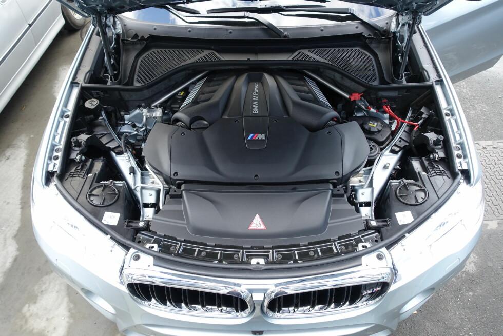 MUSKLER I OVERFLOD: V8-motoren på 4,4 liter med to turboladere gjør BMW-en i stand til å hamle opp selv med Porsche Cayenne turbo! Foto: KNUT MOBERG