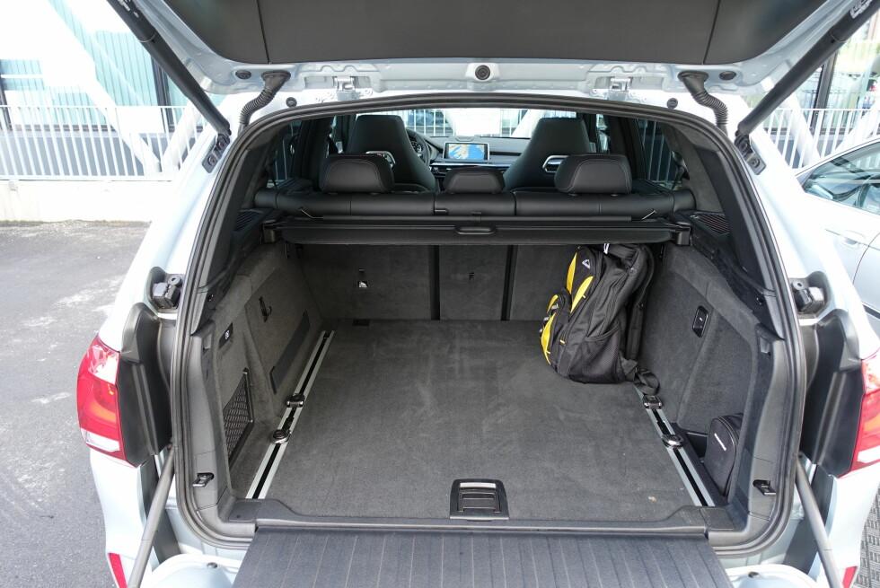 GOD PLASS: Det er slett ikke dårlig med bagasjeplass i X5 M: Her er det 650 liters volum med baksetene i bruk - felles de ned er det over 1,8 kubikkmeter du har til rådighet. Foto: KNUT MOBERG