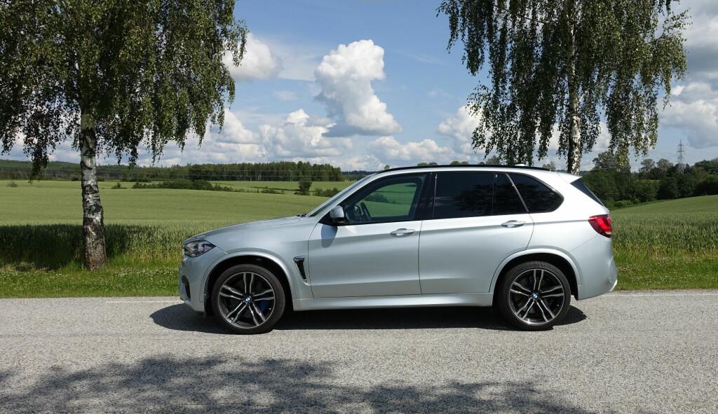 SVÆR BIL: Med nesten 490 centimeter og med bredden på over 190 er ikke BMW X5 parkeringshus-vennlig.21-tommers felger som her får den til å se mindre ut. Foto: KNUT MOBERG