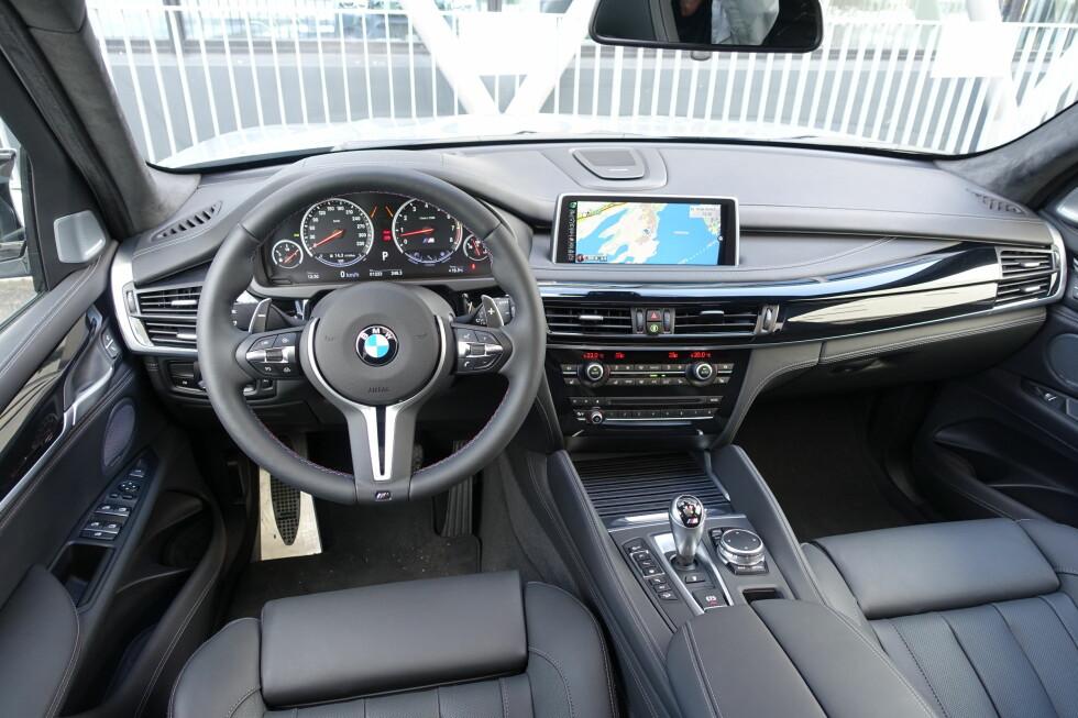 HØYVERDIG: De beste skinnmaterialene og en uklanderlig finish samt en av de beste skjermene i bilverdenen gjør interiøret i X5M til et prakteksemplar av SUV-arten. Foto: KNUT MOBERG