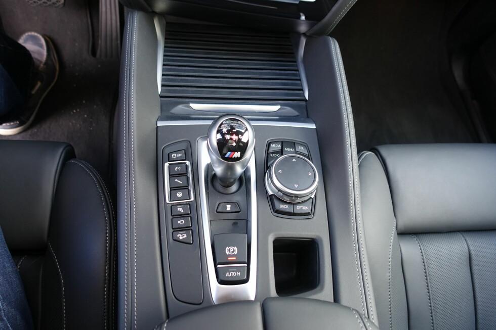 KOMMANDOSENTRAL: Herfra betjenes det meste av bilens funksjoner og kjøreprogrammer.  Foto: KNUT MOBERG