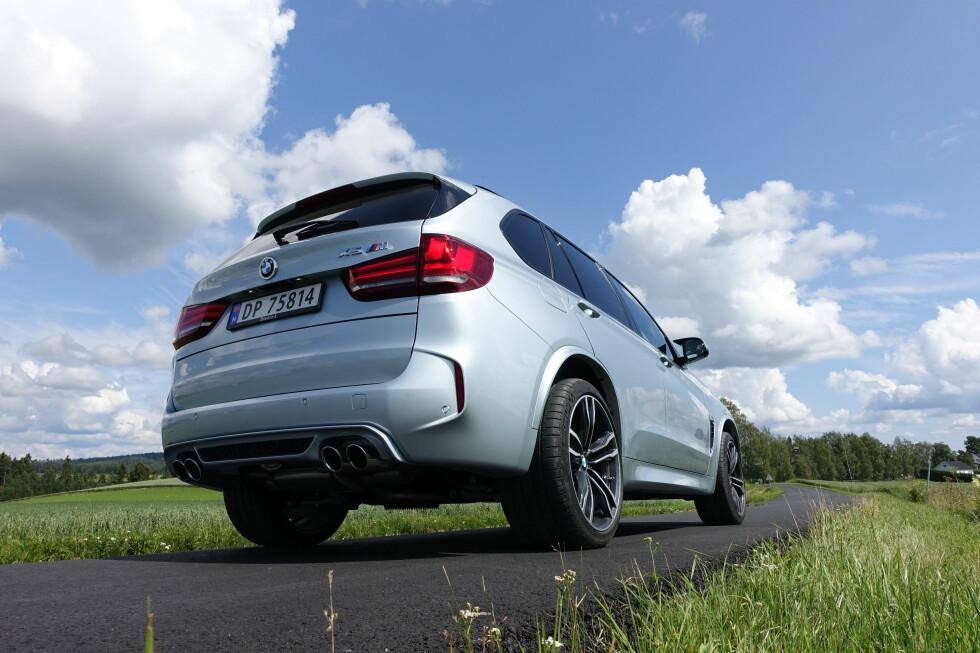 BULDREBASSE: BMW har tunet lyden bilen avgir så det låter heftig sportslig, med små bjeff ved hvert - ultra-raske - girskift. Foto: KNUT MOBERG