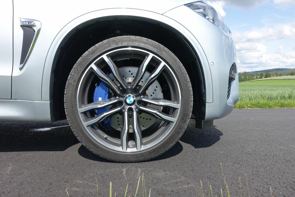 SIER KLART FRA: Blå kalipere er et originalt innslag på X5 M. Er det for å presisere at det ikke er sportsbil den har tenkt å utgi seg for? Foto: KNUT MOBERG