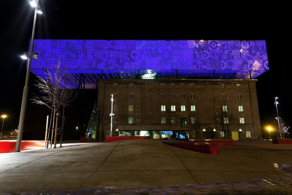 SLO UT FLYSAMBANDET: Den gedigne lystavlen med 13.000 LED-lamper slo ut flysambandet på fly som passerte over.  Foto: NTB SCANPIX/AFTENPOSTEN