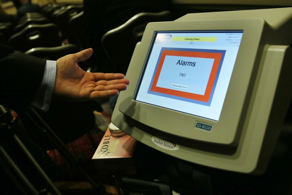 PARTIKKELDETEKTOR: Partikkeldetektorer kan detektere spor av flere typer sprengstoff. Denne typen partikkeldetektor var den første typen ikke-radioaktive detektorer som ble godkjent for bruk på passasjerer og bagasje på amerikanske flyplasser, høsten 2014. Det er den samme typen som nå tas i bruk på norske flyplasser. Foto: AFP/NTB SCANPIX