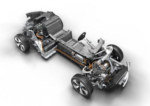 I3: En tresylindret motor drar bakhjul og lader opp batteriene som er stablet mellom passasjerene. En elmotor driver forhjulene. Foto: BMW