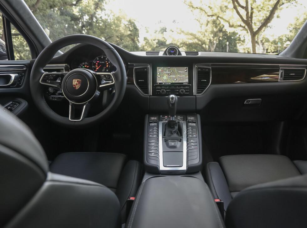OVERDÅDIG: Interiøret på Macan Turbo er typisk Porsche på de fleste måter. Det vil si sportslig, solid og luksuriøst. Foto: PORSCHE