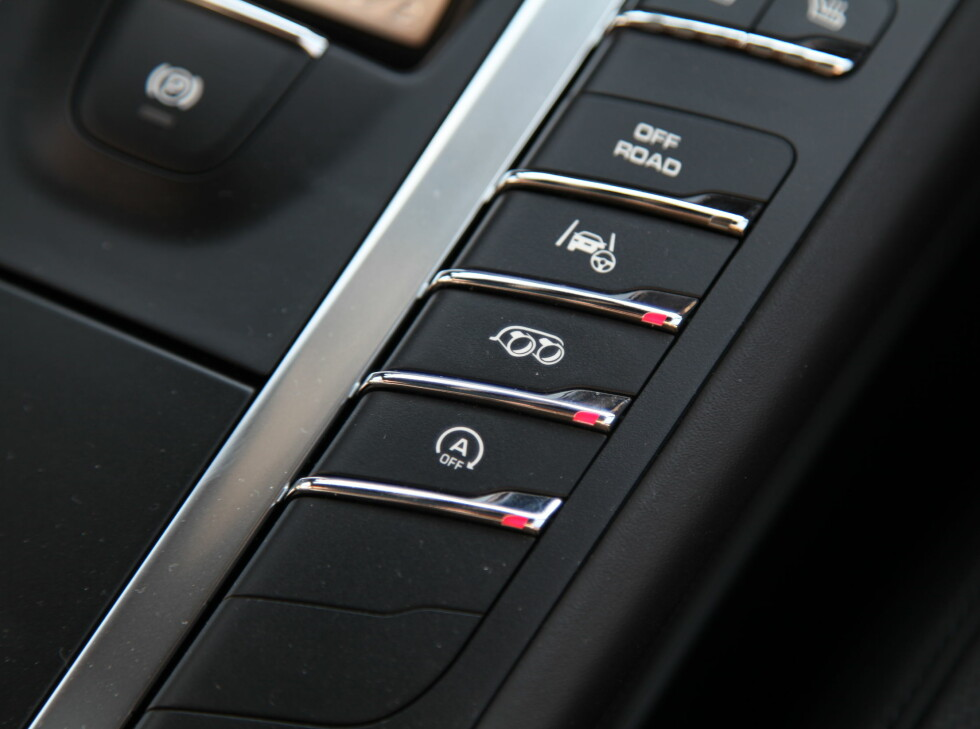KNAPPE-MANI: Med 34 knapper mellom setene og 12 knapper i taket, har du nok å sette deg inn i den første tiden i en Macan Turbo. Foto: KNUT ARNE MARCUSSEN