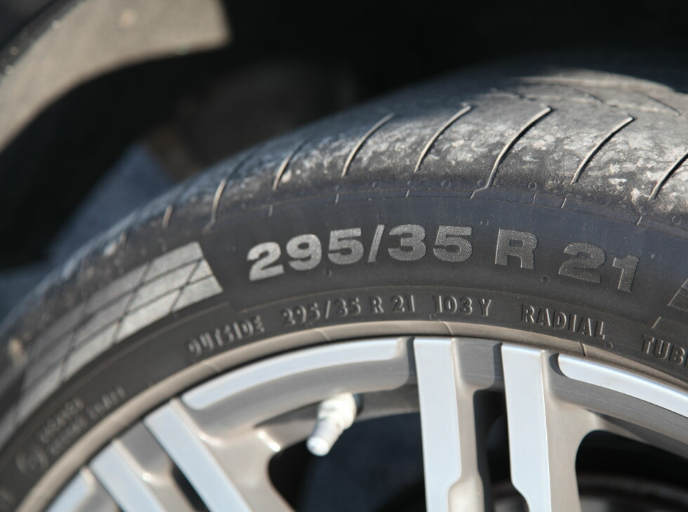 BREDT OG FETT: Hjuldimensjonen er det lite å si på. Men gjett om det koster! Foto: KNUT ARNE MARCUSSEN