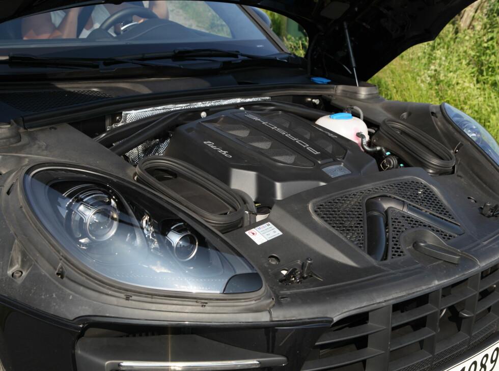 MOTOR-KRYMPET: For å tilfredsstille utslippskrav, har Porsche måttet nøye seg med en V6-motor i Macan Turbo. Foto: KNUT ARNE MARCUSSEN
