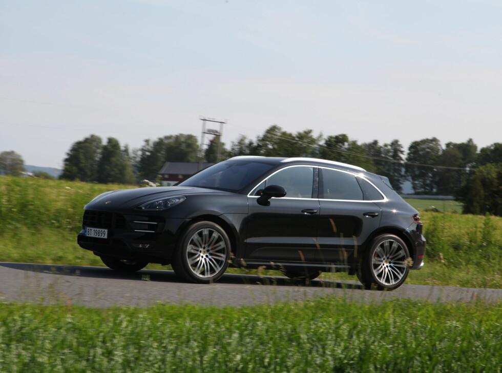 KJØREGLAD: Blant Porsches viktigste egenskaper finner vi kjørefølelse. Der svikter ikke Macan Turbo.  Foto: KNUT ARNE MARCUSSEN