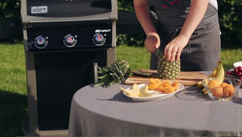 GRILLFRUKT Det meste av frukt kan grilles, her viser Nykvist hvordan du kan grille ananas, banan og aprikos.  Foto: ANDERS S. FOUGNER