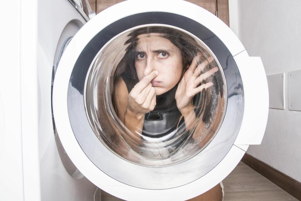 SUR LUKT? Vi vasker mer og mer på lavere temperaturer, og selv om klærne kan se rene ut, gjør det ingenting med bakteriene. Du bør kjøre kokevask jevnlig for å forebygge bakterievekst og sur lukt. Foto: NTB SCANPIX