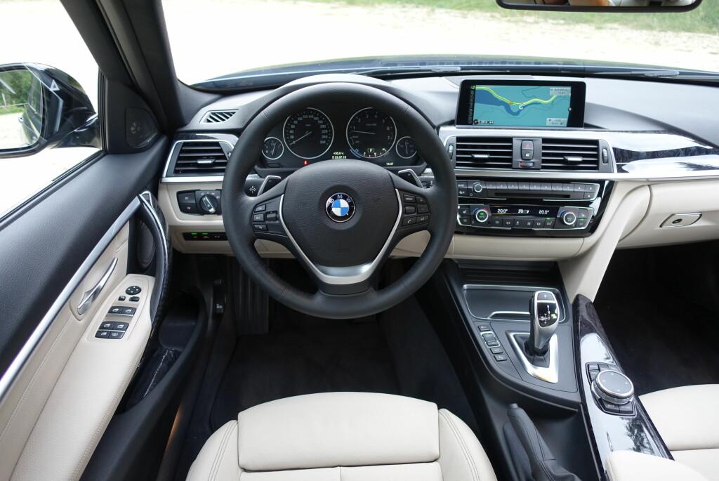LETT RETUSJERT: Vi klarte ikke selv umiddelbart selv å se fornyelsen i BMW-interiøret, men kromlisten i full bredde var ikke der før. Foto: KNUT MOBERG