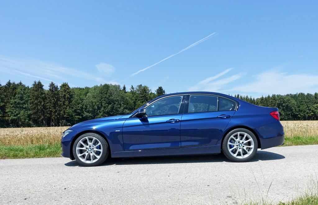 DYNAMISK PROFIL: 3-er BMW har klart sportslige linjer og har bevart profilen intakt på 3-serie facelift. Foto: KNUT MOBERG