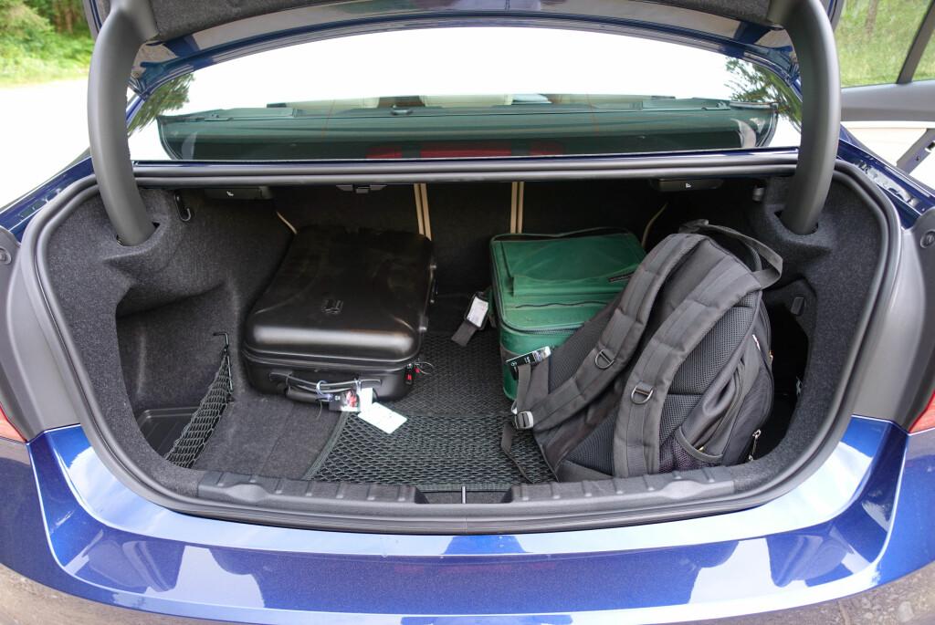 GREIT NOK: Ikke klasseledende, men 480 liter er akseptabelt selv om koffertrommet er vel grunt. Men BMW selger ikke hovedsaklig på bagasjeplass. Foto: KNUT MOBERG