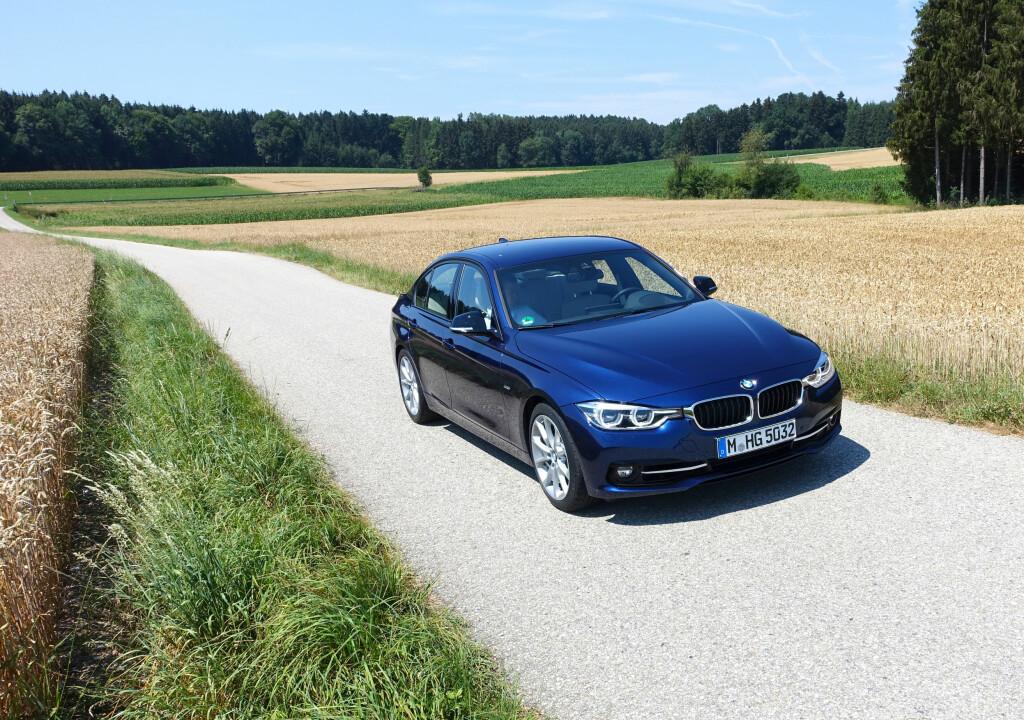 LIGGER GODT PÅ VEIEN: Kjøreegenskapene på fornyet 3-serie er finjustert, og fortsatt utmerkede. Foto: KNUT MOBERG