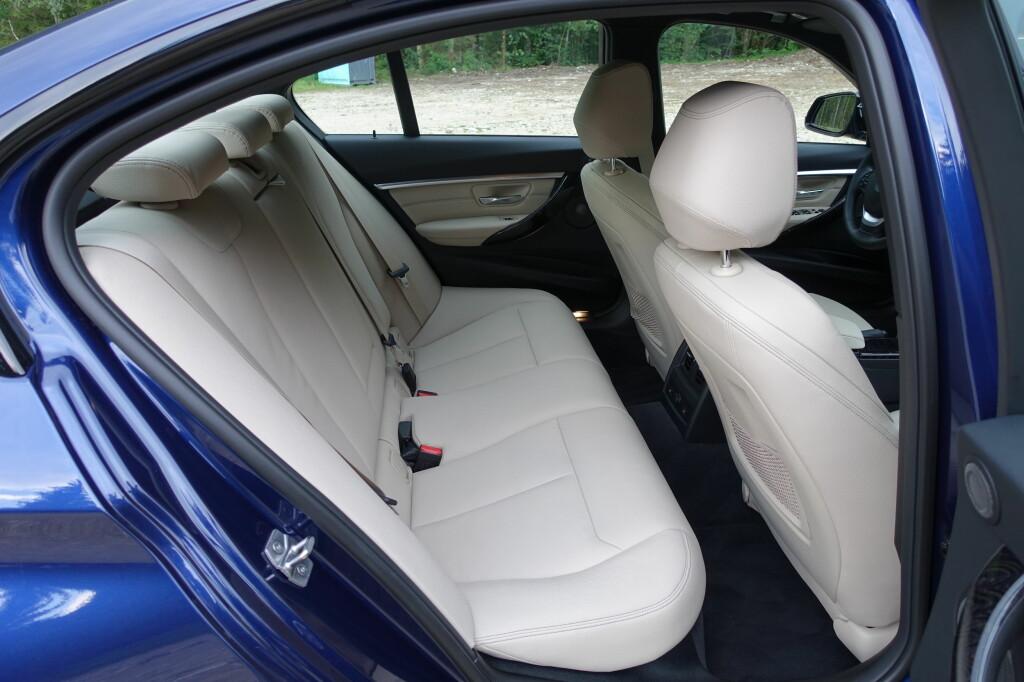IKKE KONGEPLASSEN: eller ikke nyeste 3-serie gir spesielt bra bakseteplass - dette klarer faktisk VW Golf bedre. Foto: KNUT MOBERG