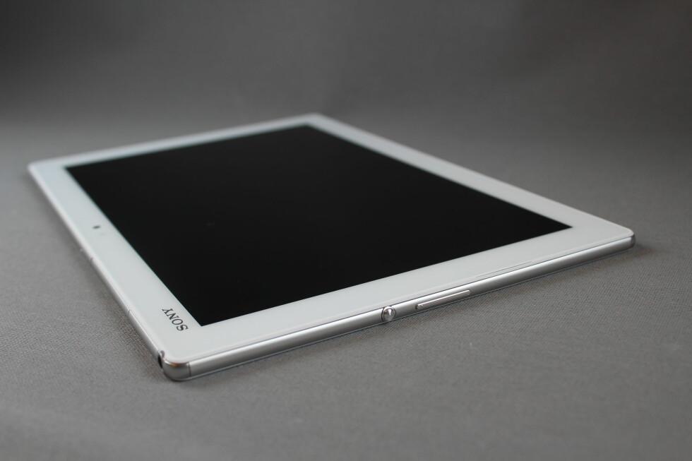 AV/PÅ: Knappene er plassert på den ene kortsiden på Z4 Tablet. Det hender vi kommer borti dem ufrivillig når vi spiller. Foto: PÅL JOAKIM OLSEN