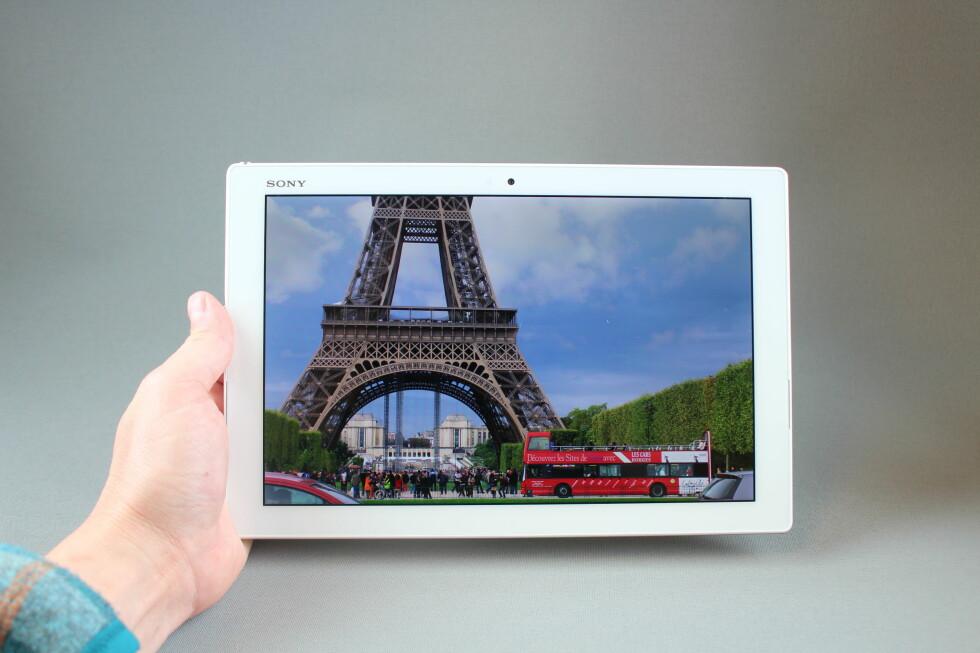 LYSSTERK: Skjermen i Z4 Tablet skal være 40 prosent mer lyssterk enn forgjengeren. Dog avtar både lysstyrke og fargemetning når du ser på skjermen fra siden. Foto: PÅL JOAKIM OLSEN