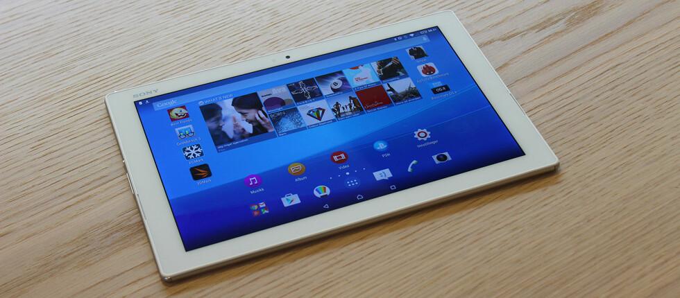 ELEGANT: Det er tynt, veier lite og er komfortabelt å holde –Sony Xperia Z4 Tablet er muligens det beste Android-nettbrettet å få kjøpt akkurat nå. Foto: PÅL JOAKIM OLSEN