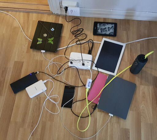 LITT AV HVERT: Vi testet laderen med flere typer utstyr –ingen av dem trakk mer strøm fra en dedikert lader enn fra ladestasjonen. Foto: PÅL JOAKIM OLSEN