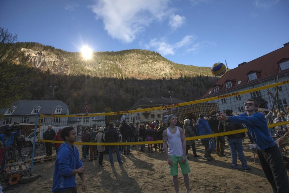 GLADE TELEMARKINGER: Da Rjukan fikk sitt speil i oktober 2013, kunne innbyggerne endelig nyte sola på torget.Nå kan også skyggefulle hager få samme løsning. Foto: NTB SCANPIX