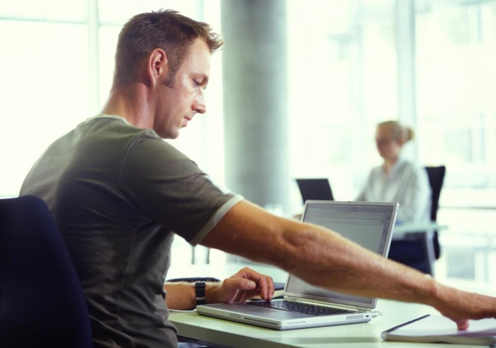 HOLD DET PRIVAT:  En god forhåndsregel kan være ikke å lagre private dokumenter på jobbens datamaskin. Foto: NTB SCANPIX