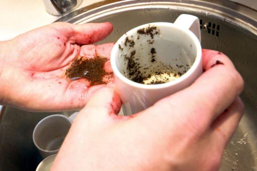 KAFFEGRUT OG OLJE:  Til tross for sin skrubbende effekt, klarte ikke denne kombinasjonen å vaske hendene helt rene. Foto: OLE PETTER BAUGERØD STOKKE