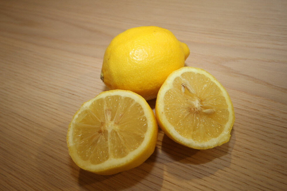 SYRE:  Sitronen kan anbefales som flekkfjerner. Foto: HANNA SIKKELAND