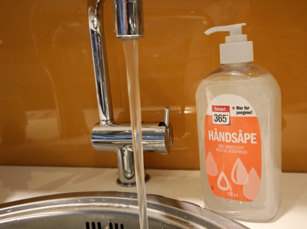 DÅRLIG RESULTAT:  Vann og såpe er ingen vinnerformel når du skal fjerne blåbærflekker fra huden. Foto: HANNA SIKKELAND