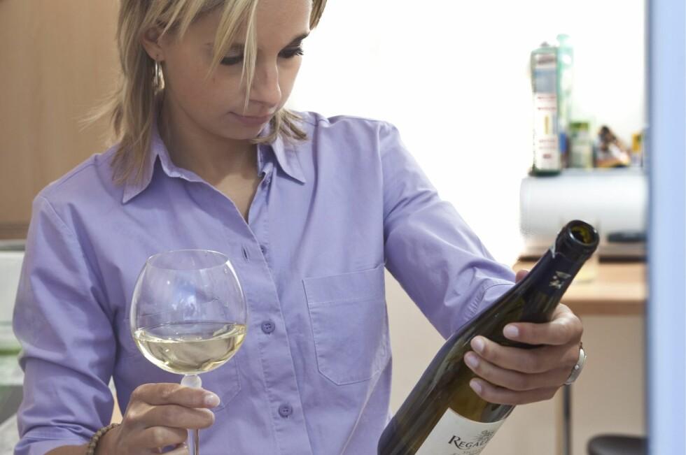 LITT LENGER:  Ifølge Vinmonoplet holder en åpnet hvitvinsflaske seg litt lenger enn annen vin i kjøleskapet.  Foto: NTB SCANPIX / SAMFOTO