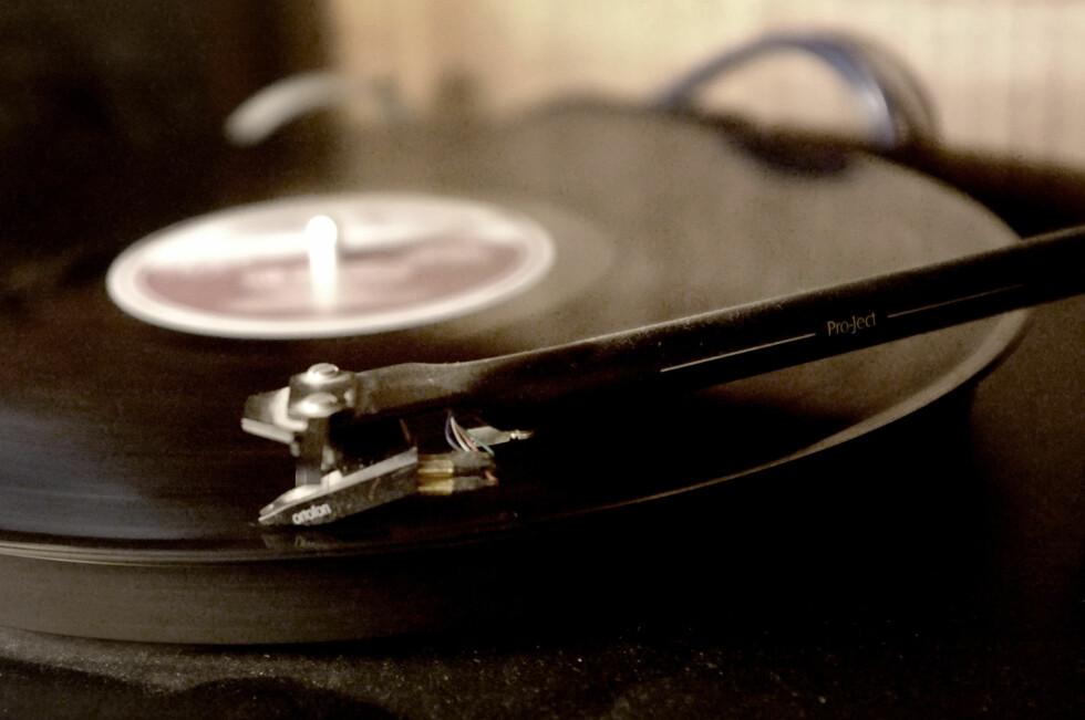 SPILLEGLEDE: Et vinyl-rigg minner far og bestefar om gode, gamle dager. Men også ungdommen vil gjerne ha opplevelsen av analog musikk. Foto: OLE PETTER BAUGERØD STOKKE