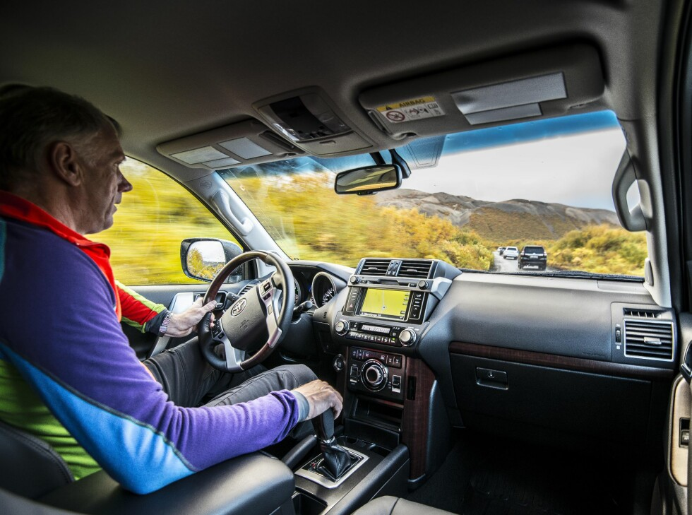 IKKE HELT HJEMME: På veien er Land Cruiser helt ok men det finnes konkurrenter som er mye bedre på asfalt. Det er først ute i terrenget bilen våkner og er i sitt rette element.  Foto: Jamieson Pothecary