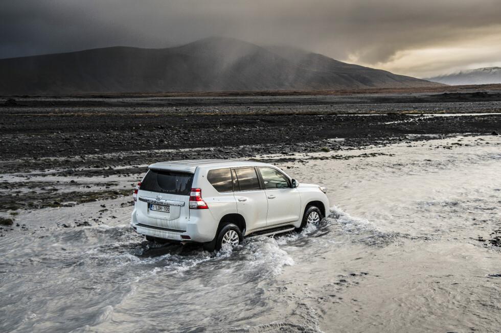 INGEN HINDRINGER: Toyota Land Cruiser er lagd for å takle alt fra dype elvekryssinger til lange safarier ute i ørkenen. Foto: Jamieson Pothecary