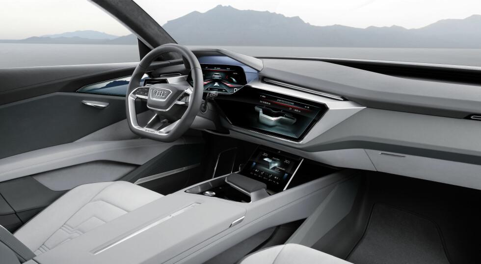 SKARPE LINJER: Interiøret er mer skarpskårent enn det vi er vant til fra Audis side. Det er ganske likt det de har vist i konseptbilene Prologue.  Foto: AUDI