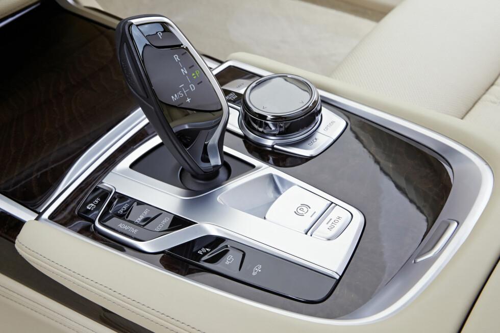 KOMMANDOSENTRAL: Her ligger det vesentligste av betjeningen. iDrive-systemet er nå komplettert og kan betjenes både med dreiehjulet til høyre for girspaken, via talestyring, berøringsskjermen på dashbordet eller - for noen enkle funksjoner, håndbevegelser over girspaken.  Foto: BMW