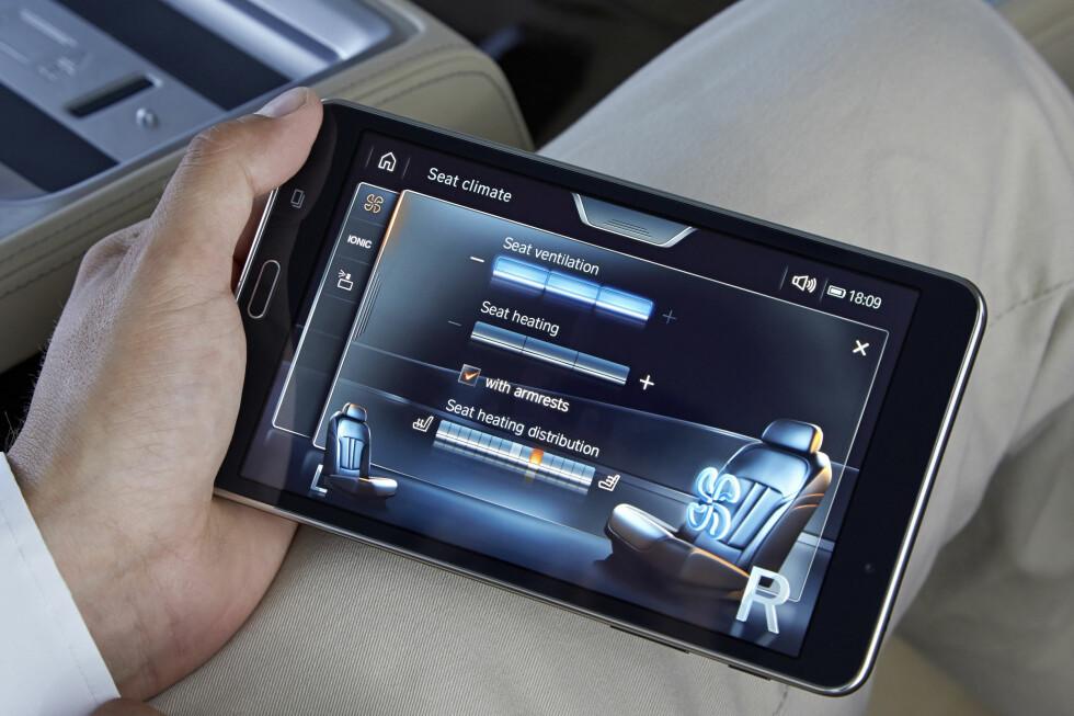 <strong><b>AVTAGBAR:</strong></b> I konsollen bak befinner det seg en nettbrett-type berøringsskjerm på 7 tommer som muliggjør betjening av iDrive-funksjonene. Foto: BMW