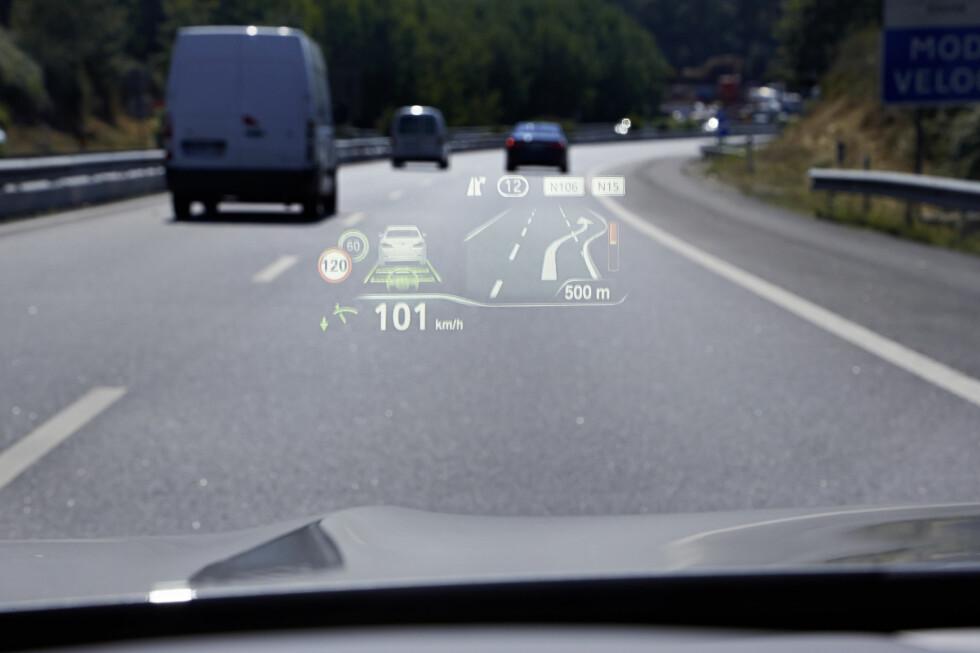 <strong><b>KLAR BESKJED:</strong></b> HUD-informasjonen projiseres nå på en flate som er 75 prosent større enn tidligere. Foto: BMW