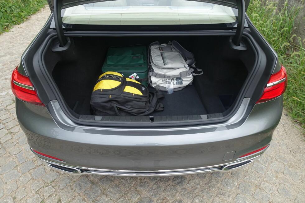 GREIT NOK: Med sine 515 liter er bagasjerommet romslig, men ikke gedigent til å være en så stor bil. Foto: KNUT MOBERG